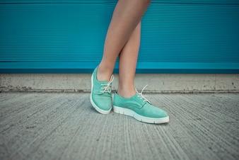Menina vestindo sapatos modernos. Sapatos close up shoot for fashion store