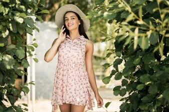 Meninas do sol moda vermelha modelo jovem