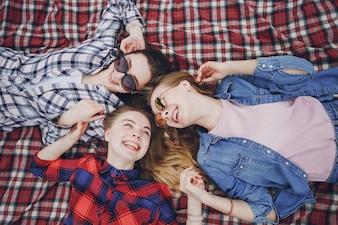 Meninas em um piquenique