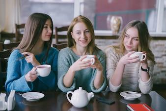 Meninas no café