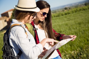 Meninas que olham um mapa