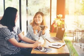 Meninas que trabalham em um escritório