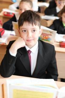 menino de escola de ensino