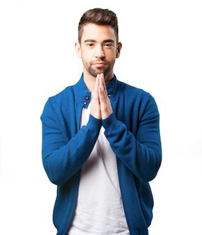 Menino em um casaco azul orando