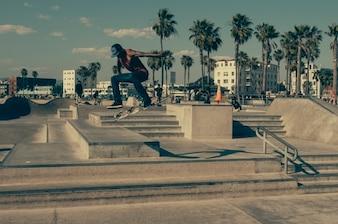 Menino que pratica truques Skater