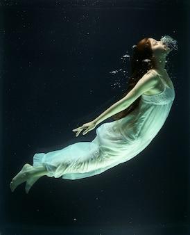 Mergulho da mulher no reservatório de água
