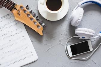 Mesa com material de música
