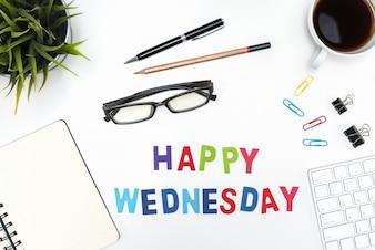 Mesa de escritório com a palavra quarta-feira feliz