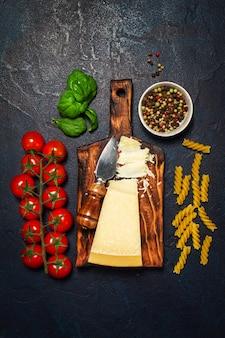 Mesa de fundo escuro jantar placa de alimentos saudáveis