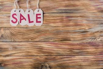 Mesa de madeira com arrumação de letras