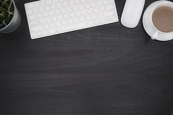 Mesa de mesa de escritório preto com computador e copo de café