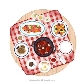 Mesa de piquenique com grande variedade de pratos de comida