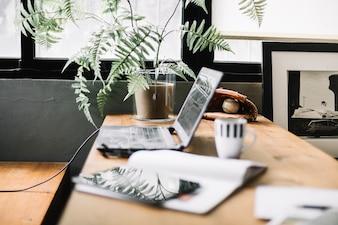 Mesa de trabalho com gadgets