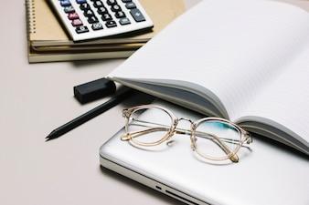 Mesa de trabalho com notebook