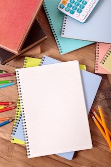 Mesa do estudante universitário com o caderno aberto