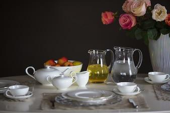 Mesa preparada para servir comida com uma tigela de maçãs