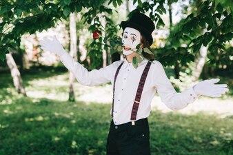 Mime segurando uma rosa com a boca