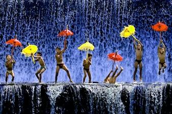 Miúdos que jogam com guarda-chuvas