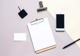 Mock up negócios de papelaria, prancheta em branco e smartphone, estilo mínimo