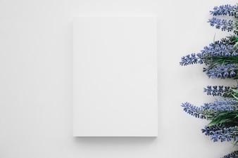 Mockup de capa de livro com flores à direita