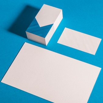 Mockup de papelaria com cartão de visita e banner