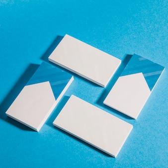 Mockup de papelaria com quatro pilhas de cartões de visita