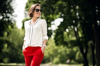 Moda saco vermelho uma caminhada elegante