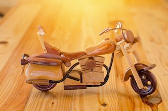 Modelo de moto de madeira na mesa
