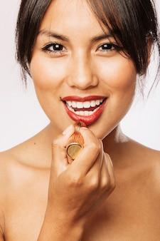 Modelo de smiley com lábios vermelhos