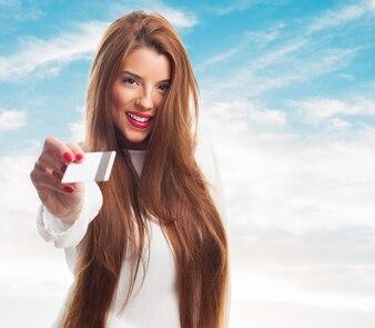 Modelo fêmea agradável com um cartão