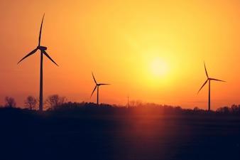 Moinhos de vento e pôr do sol.