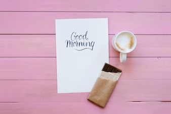 Molde, café e barra de chocolate