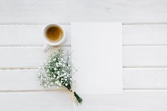 Molde, caneca de café e buquê de flores