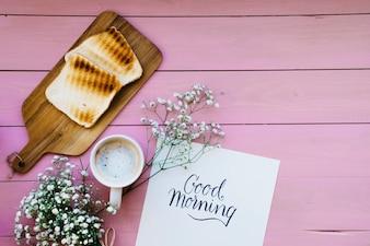 Molde, torradas, café e flores