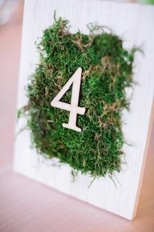Moldura branca com grama verde e número 4 nela
