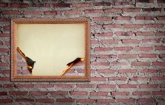 Moldura de ouro vintage com fundo queimado na parede