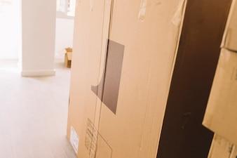 Mudando caixas em sala vazia