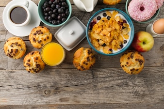 Muesli, cupcakes e suco