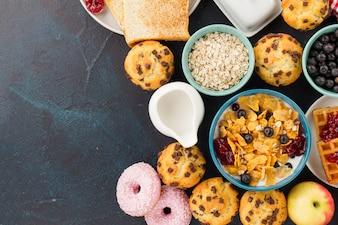 Muesli e muffins para café da manhã
