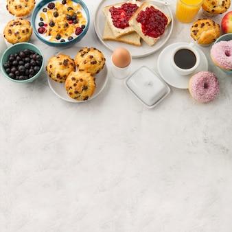 Muffins e ovos cozidos