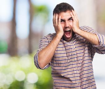 Muito estressado gritando homem