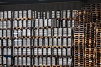 Muitos barris de metal de cerveja