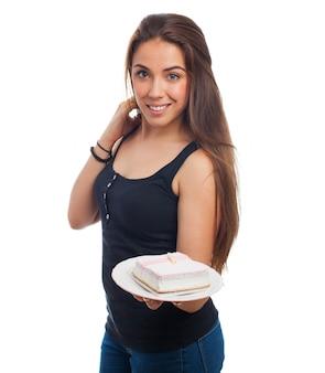 Mulher agradável oferecendo um pedaço de bolo