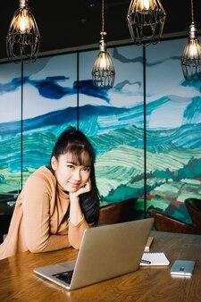 Mulher asiática na mesa em casa