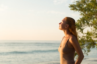 Mulher assistindo o por do sol