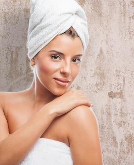 Mulher bonita com pele macia na toalha branca