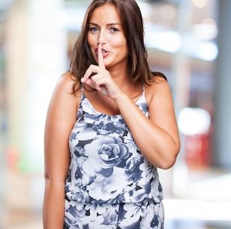 Mulher bonita fazendo um gesto do silêncio