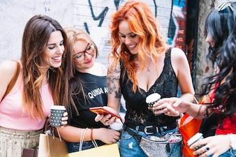 Mulher bonita mostrando fotos para seus amigos