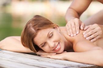 Mulher bonita que aprecia sua massagem