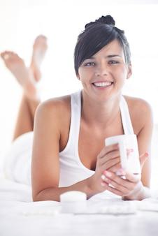 Mulher bonita relaxar em um spa